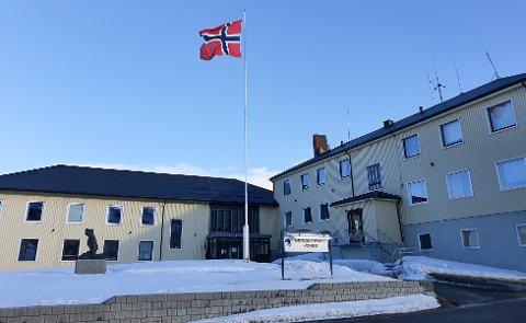 SEINT UTE: Først flere timer på overtida kom flagget opp ved rådhuset i Båtsfjord. Det skapte reaksjoner.