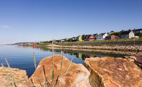 REGN FRA MANDAG: Det gjelder å nyte været i helgen. Mandag kommer det regn. Bilde tatt i Vadsø morgenen 10. juli.