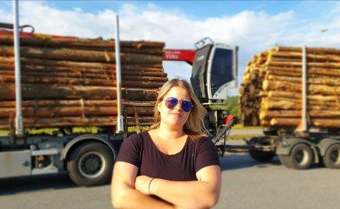 ELSKER JOBBEN SIN: Christina Lundberg elsker å jobbe som yrkessjåfør, og håper flere jenter tar utdanningen i fremtiden.