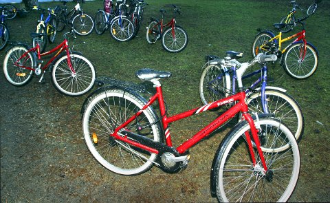 Parkerte sykler. Parkering. Sykle. Syklister. Barnesykler. Sykle til skolen.  Foto: NTB