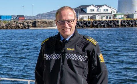 STASJONSSJEF: Tom Giertsen har fra og med fredag fått tittelen politistasjonssjef, der han tidligere var lensmann i Alstahaug og Leirfjord. Her avbildet ved en tidligere anledning.