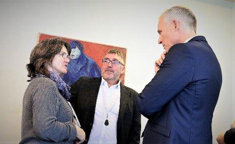 Økonomisjef i Alstahaug kommune, Frank Pedersen (midten) og rådmann Børge Toft kan nå juble over at kommunen får 8,1 millioner kroner i ekstra utbytte fra Helgeland Kraft. Her i diskusjon med Fylkesmannen fra et tidligere møte.