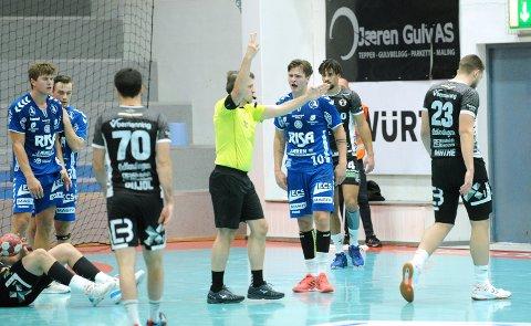 IKKE HJEMMEDOMMERE: Tord Haugseng får en tominutters utvisning, og skjønner ingen ting. Nærbø-spillerne til venstre er Andreas Horst Haugseng og Sindre Heldal.