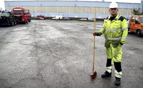 KLARGJØRING: Romuald Pompolovic i asfaltfirmaet Lemminkainen var på ferde med sin feiekost på Hakan onsdag morgen.
