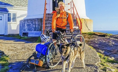 GA SEG IKKE: Helene Grønseth sammen med sin trofaste følgesvenn under vandredelen av turen, elghunden Balder. Alle foto: privat