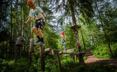 I høstferien kan du bli med på tre spennende turen i regi av fritidsklubbene i kommunen. En av turene går til klatreparken Høyt & Lavt.