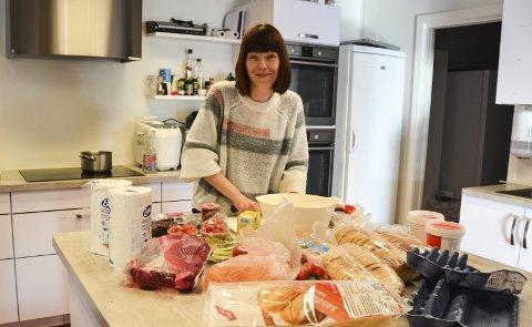Noe for alle: Som vanlig i høst- eller vinterferieuker er det mange tilbud i Kragerø, forteller gruppeleder Tove Hjallum ved kulturkontoret, her klar med gratis matkurs på Kafé Multi i Løkka.