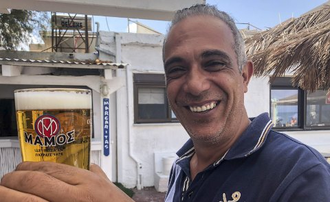 Imøtekommende: Manos Mylos, vert på Mylos beach taverna vest for Platanias på Kreta. Han er «vår» mann på øya.