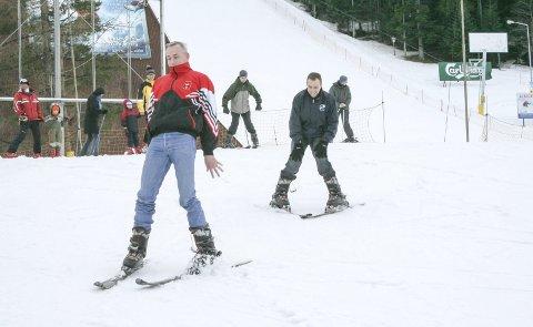 Skrekkblanda fryd: Irske Keith Duffy prøver å mestre alpinski i Nosal utenfor Zakopane i 2006. Kameraten Paul Smith (t.h.) har foreløpig mer kontroll. For nordmenn flest er det å ha ski på beina en del av oppveksten.Foto: Morten Hopperstad
