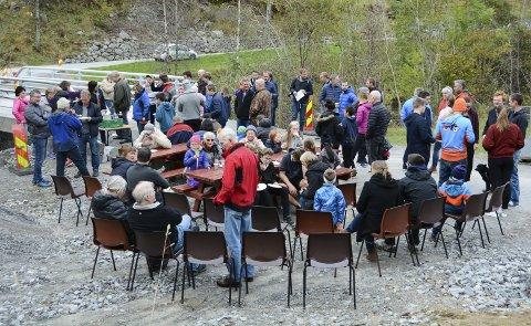 Opningsfest: At Åkra har fått splitter ny bru måtte sjølvsagt feirast. Laurdag ettermiddag møtte rundt 80 personar opp til kakefest ved Vika bru.