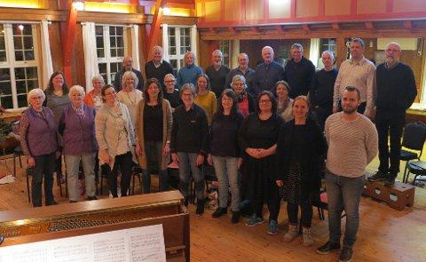 Koret Røysterett for Alle har 30-årsjubileum i år. Laurdag 14. april blir det konsert på Husnes. Framme, til venstre for koret, ser du dirigent Maria Malmsten og pianist Andre Eide. (Foto: Privat).