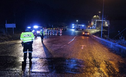 Brannkvelden: Brannmannskap held rådslaging ved Sydnes ferjekai om kvelden torsdag 10. oktober.arkivfoto