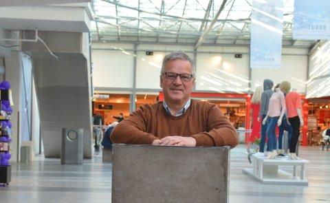 INVITERER: Senterleiar Geir Jakobsen arrangerer mini-bilmesse på Husnes Storsenter denne helga, og vil fylle torget inne med bilar. (Arkivfoto).