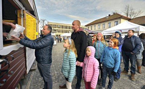 AVLYST: Her ser vi Rune Fremming kjøpe smultninger under Mini-Marken 2020. ASVO satser alt på å arrangere Marken i 2022.