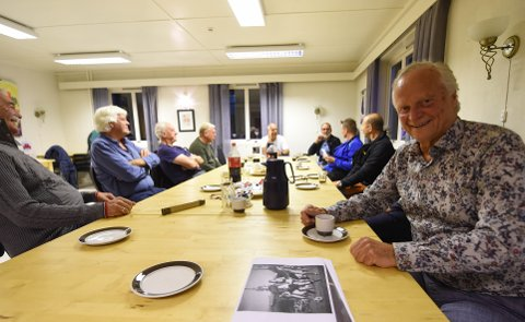 I GOD FORM: Roar Grønvold (t.h.) har rundet 75 år og har slitt med både kreft og hjerterytmen, men nå er han frisk igjen og stortrives sammen med de andre fotballspillerne på Hvittingfoss ILS lag fra 80-tallet. Gjengen samles til mimrekvelder en gang i måneden. FOTO: OLE JOHN HOSTVEDT