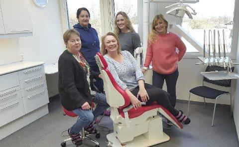 STYRKER TANNHELSETJENESTEN: Totalt vil det jobbe 19 personer på den nye tannklinikken. Her er et lite knippe av dem samlet på ett av behandlingsrommene. Fra venstre: Siv Berg Eriksen (tannhelsesekretær), Sara Hafiz (tannpleier), Bente Knutsen (klinikkleder), Marianne Noddeland (tannlege) og Tove Kristensen (tannhelsesekretær).