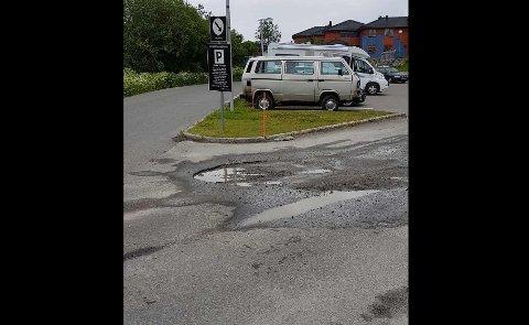 Kostbart hull: Asfaltkanten i dette hullet ødela det ene dekket på Kolbjørn Bugges bil. Nå skal det ifølge Lofotsenteret fylles med grus.