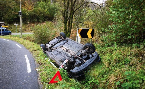 MISTANKE: Det er mistanke om promillekjøring etter at denne bilen havnet utenfor kjørebanen fredag kveld.