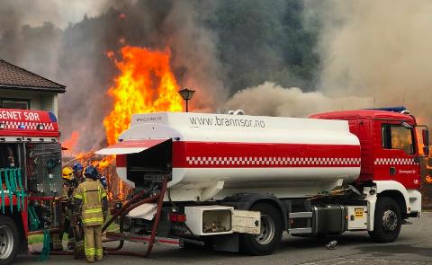 STORBANN: Brannvesenet har satt inn store ressurser mot den voldsomme brannen i Kvinesdal omsorgssenter.