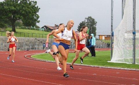 STAFETT: Elin Serine Vik Johannessen (fremst på bildet) sprang tredje etappe for Norge i 4 x 100 meter stafetten for kvinner.