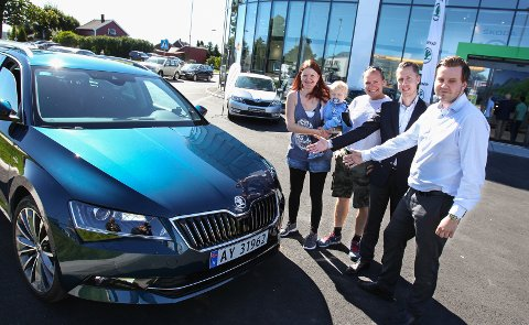 NAF mener det er godt nytt for norske bilkjøpere at det ikke kommer  Bildet er tatt i forbindelse med en MA-artikkel omen familie som har kjøpt nybil på Høyda.