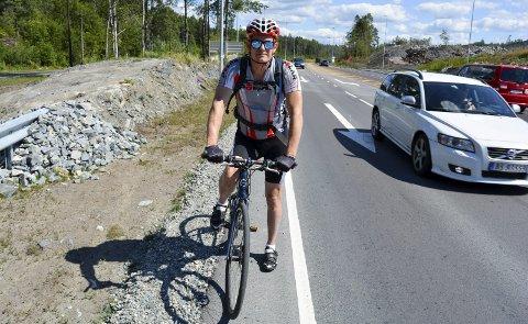 LANDEVEISTUR: Johannes Blumlein fra Kolbotn fant ikke sykkelveien langs fylkesvei 120 (helt til venstre i bildet), før Moss Avis viste ham den.