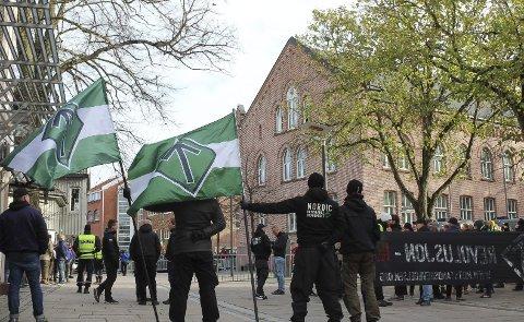 Vendte dem ryggen: Mange mossinger motdemonstrerte da DNM viste seg i  sentrum lørdag. foto: helge Warberg Knoll