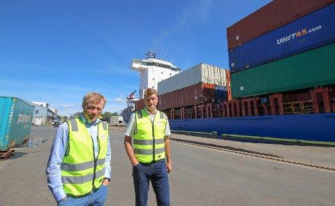 VOKSER: Viasea Shipping i Moss er i stadig vekst. Her er daglig leder  Morten Pettersen(t.v.) og daglig leder Knut Sollund fra Collicare på kaia i Moss.