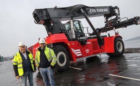 NY OG KOSTBAR: Greencarrier svir av ni millioner kroner på sine to nye containertrucker for bruk på Moss havn. - Truckene er blitt mye mer miljøvennlige. Neste gang de skiftes ut kan det bli satt hybrid eller helelektriske trucker, tror Ulf H. Raab og Magnus Raab.