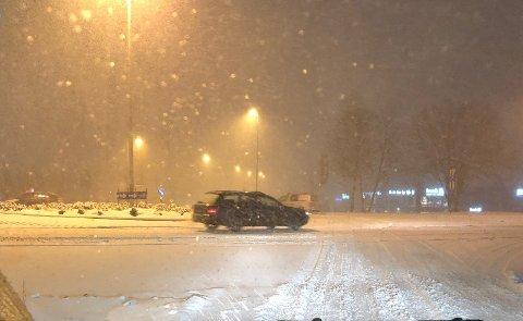 Tirsdag morgen kommer snøen, og det kan skape trøbbel i trafikken, advarer meteorologen.