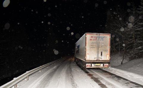 STO FAST: Dette vogntoget kom seg videre fra Høylandet etter at entreprenører hadde vært på stedet og strødd.