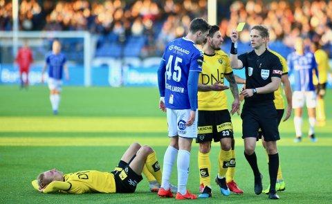 I FOKUS: Espen Andreas Eskås fra Bækkelagets SK er en av Norges beste fotballdommere. Her gir han Sarpsborg 08s Jørgen Strand Larsen gult kort i kampen mot Lillestrøm.