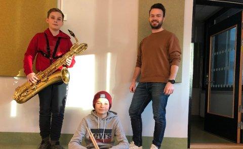 NORDSETER SKOLE: Filip Hole (13), Jesper Myrvang Mjøs (13) og Vebjørn Moen (30) gleder seg over pengestøtten til musikkfaget.