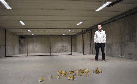 EN KOPP FOR HVER VILLE TIGER: Til sammen skal Yngvar Larsen legge ut 3 900 kopper i gamle Nordstrands arkiv. Symbolikken er en kopp for hver ville tiger.
