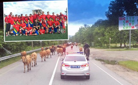 Samelandslaget (innfelt) spiller VM for minoritetsland og stater i Abkhazia i Georgia. På grunn av sikkerheten reiser laget med politibeskyttelse til enhver tid.