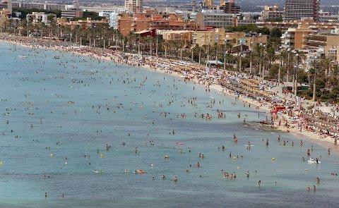 POPULÆRT:Turister i stim på Arenalstraden i Palma De Mallorca.
