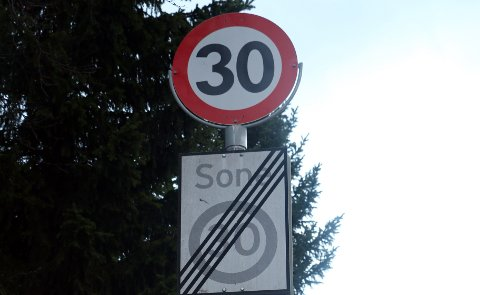 MOTSTRIDENDE: Er det fartsgrense på 30 km, eller er den opphevet? Skiltene tolkes ulikt.