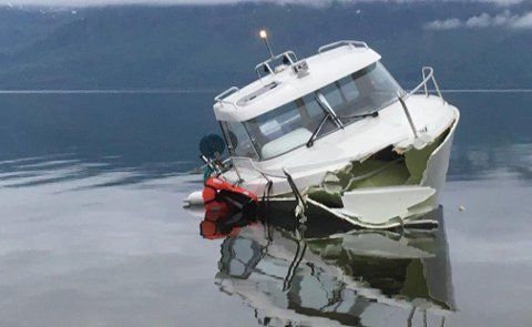 KNUSTE BAUGEN: Båten fikk store materielle skader da den traff havbunnen like ved land.