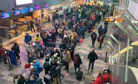 Slik ser det ut på Tromsø lufthavn etter at en lang rekke flyvninger er kanseller på grunn av for sterk vind torsdag. Foto: Kristoffer Brasetvik Dverset