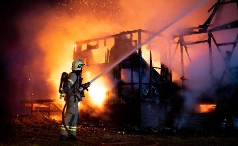 BRANN: Brannmannskapene klarte ikke å hindre at det overtente trehuset i Hysingjord brant ned til grunnen.
