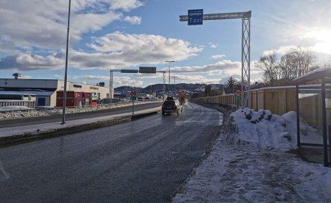 35 KJØRTE ULOVLIG: Her ble 35 bilister tatt i dag mens de kjørte i kollektivfeltet. Foto: Vetle Ravn Viken