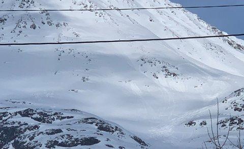 SOFIATINDEN: Sofiatinden bader i sola lørdag ettermiddag, og sier lite om den fryktelig tragedien som fant sted da to skiløpere mistet livet i et snøskred 1. mai. Foto: Leif-Morten Olaussen