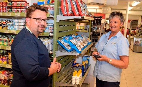 FRA SHELL TIL JOKER: Jan Ove Halden forlater Shell-stasjonen ved CC i Gjøvik til fordel for Joker i Fall. - Jeg er glad for å overlate sjefinga til noen andre, sier Solveig Engelund, Joker-sjef siden 2002.