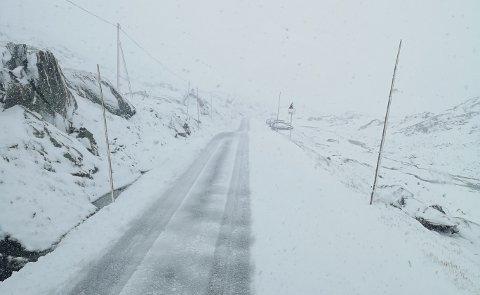 Det kan bli snø og vanskelige kjøreforhold på flere fjelloverganger i Sør-Norge mandag. Her et bilde fra Sognefjellet tidligere i høst.