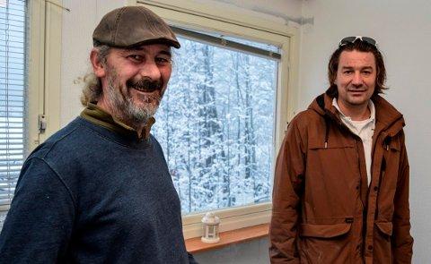 VARM VELKOMST: – Jeg er helt overveldet over velkomsten jeg har fått i Hov, sier Jim «Landstrykeren» Flåten. Her sammen med sin gode hjelper Tore Nygaard fra Dokka.