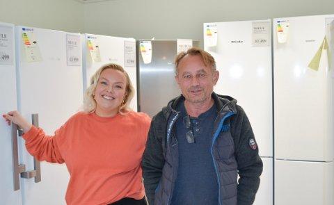 FORSINKELSER: Andrea Fadum Hansen (til venstre) og Leif Erik Madsen hos Gjøvik Elektriske kjenner transport- og mikrochipp-krise på kroppen. Det betyr lengre leveringstider.