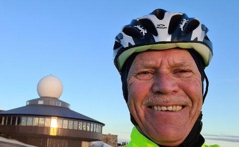 GLAD I SYKKEL: Roar Bakken fra Gjøvik er 66 år og har syklet til Nordkapp. Han har drømt om å gjennomføre turen lenge.