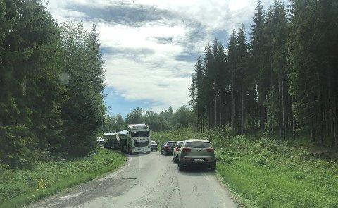 SAKTEGÅENDE: Vogntog på den smale og svingete Kollsvegen skaper kø og stillstand.