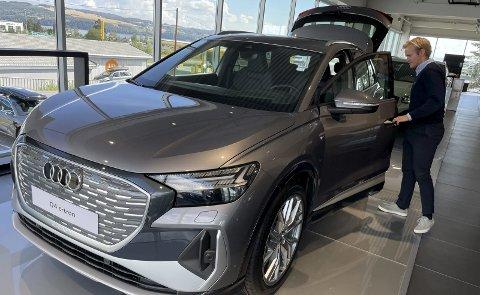 DEN NYE WONDERBOY: Med sin heftige «grill» og også ellers ganske tøffe utseende er nye Q4 e-Tron på rekordtid i ferd med å bli den nye bestselgeren hos Erlend Strømsjordet på Audi-avdelingen til Møller Bil i Gjøvik. FOTO: ØYVIN SØRAA