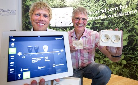 STARTEN: Det begynte med den smarte stikkontakten for Yngvar Pettersen (t.v.) og Per Hopsø i HomeControl. Nå har de utvidet produktporteføljen betraktelig, og tilbyr blant annet en lyspære du kan dimme med mobilen og en smart røykvarsler som sender deg en melding når batteriet bør byttes eller det går en alarm. FOTO: BJØRN V. SANDNESS
